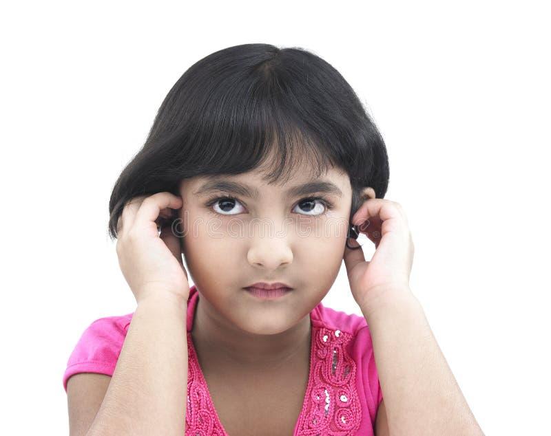 Asiatisches Mädchen des indischen Ursprung mit Kopfhörer lizenzfreies stockfoto