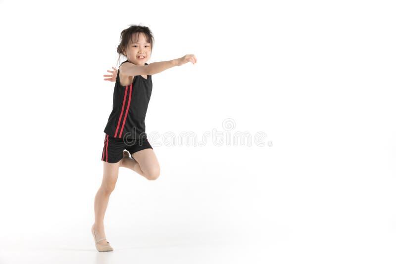 Asiatisches Mädchen eine Übung tun stockbild