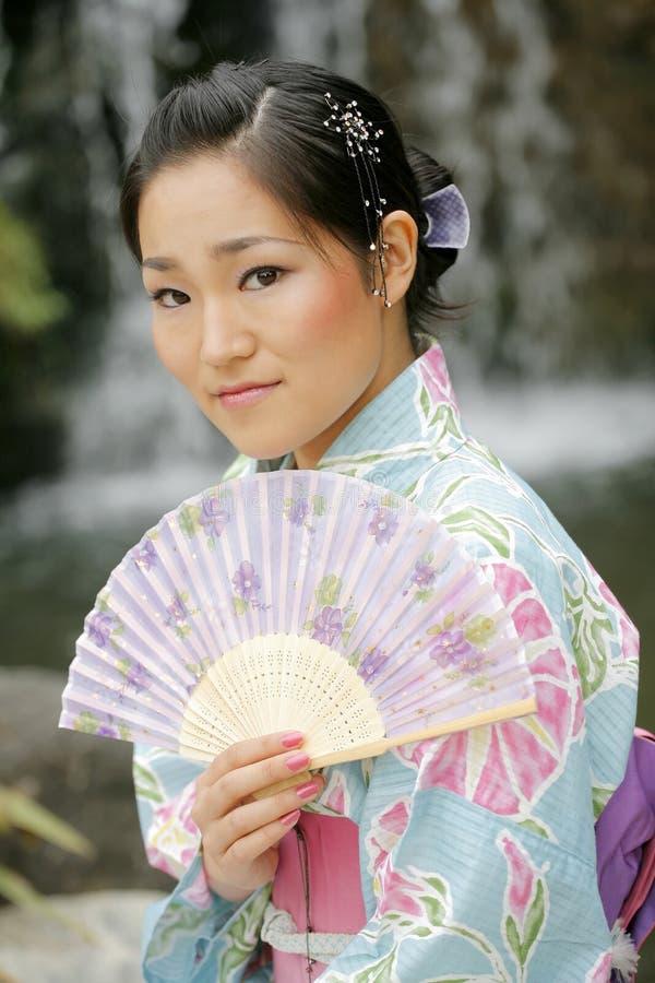 Asiatisches Mädchen in einem Komona stockfotos