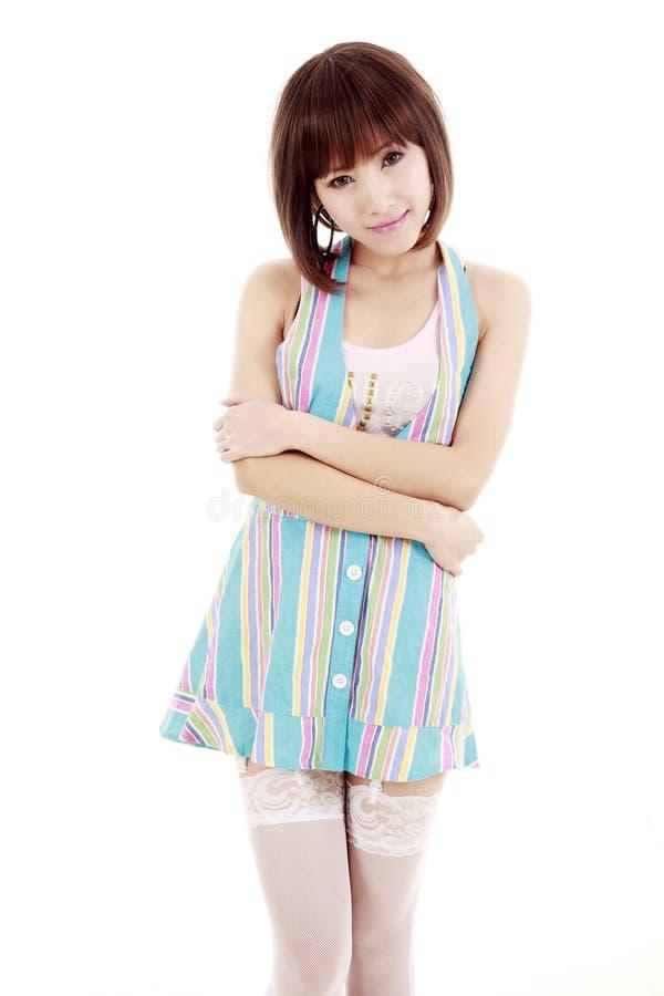 Asiatisches Mädchen in einem kurzen Rock stockbild