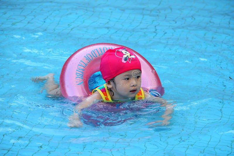Asiatisches Mädchen erlernen zu schwimmen stockbild