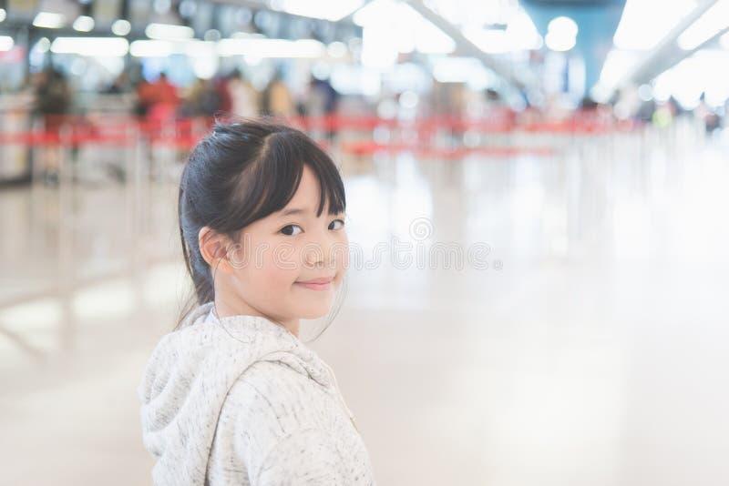 Asiatisches Mädchen am Flughafen stockfotografie