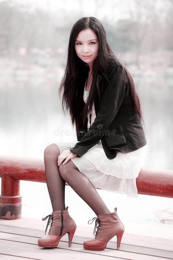 Asiatisches Mädchen im Frühjahr lizenzfreies stockfoto