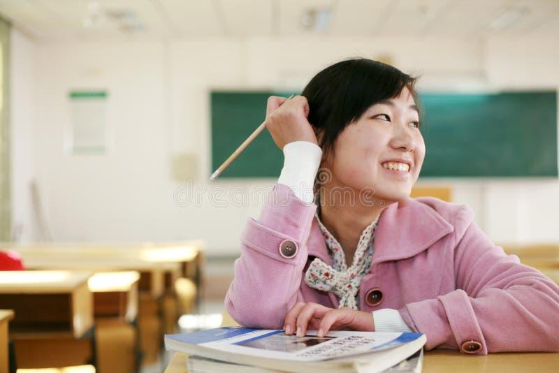 Asiatisches Mädchen im Klassenzimmer stockfotografie