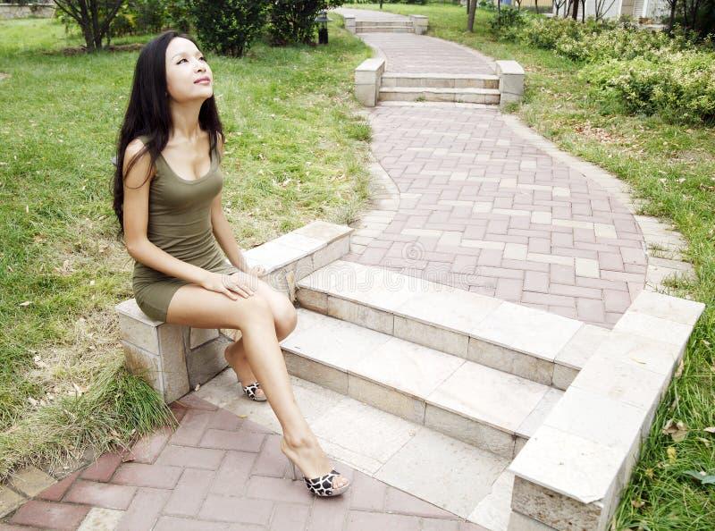 Asiatisches Mädchen im Park stockfotos