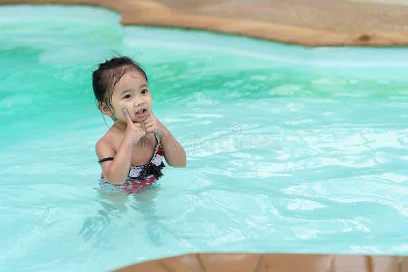 Asiatisches Mädchen im Swimmingpool stockbild