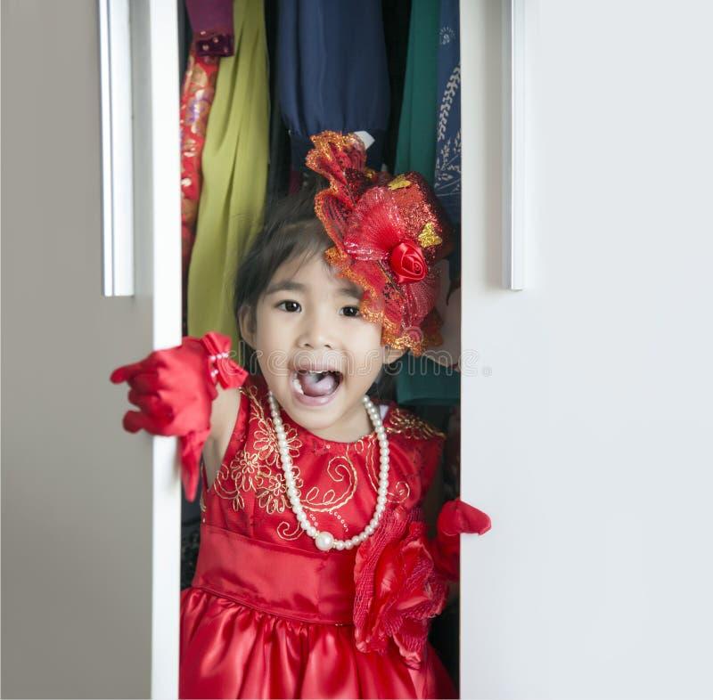 Asiatisches Mädchen kleiden oben in der Garderobe an lizenzfreies stockbild