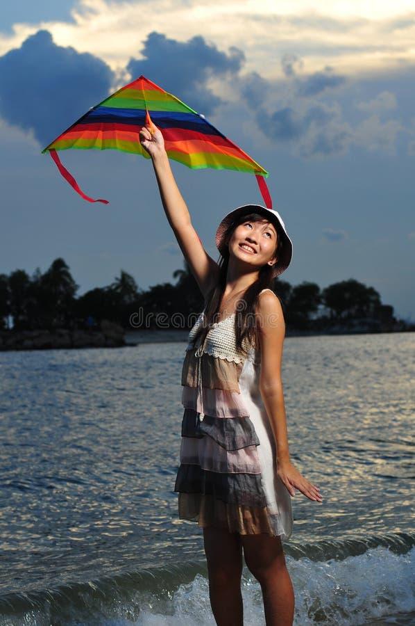 Asiatisches Mädchen mit Drachen unter der Sonne lizenzfreie stockfotografie