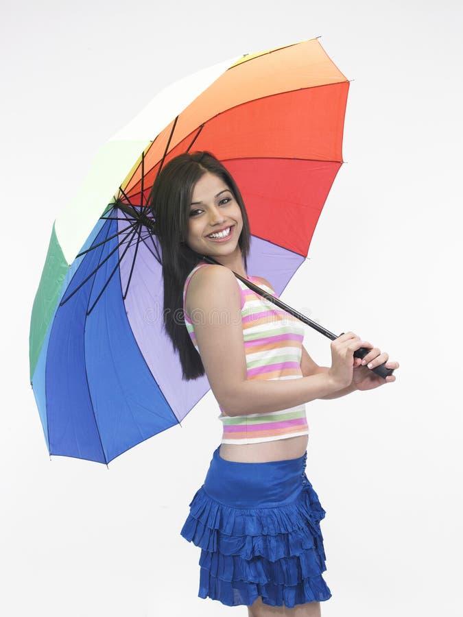 Asiatisches Mädchen mit einem Regenschirm stockfoto