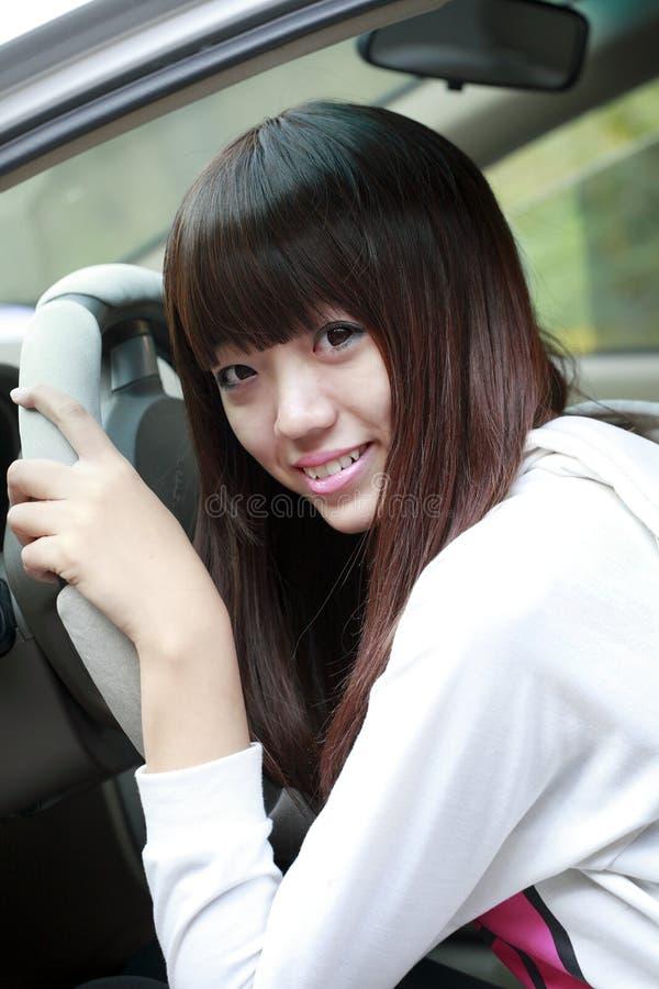 Asiatisches Mädchen mit ihrem Auto stockfotografie