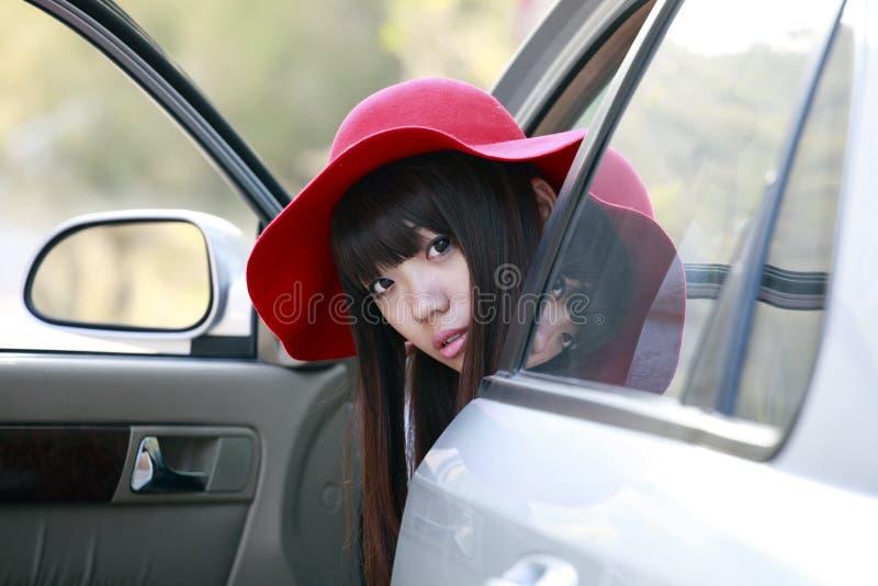 Asiatisches Mädchen mit ihrem Auto lizenzfreies stockbild