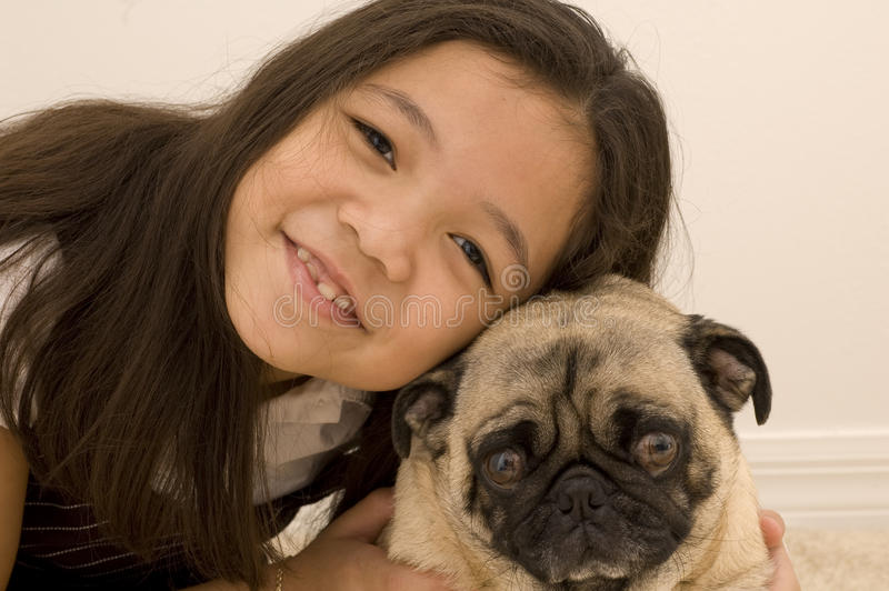Asiatisches Mädchen mit ihrem HaustierPug stockfoto