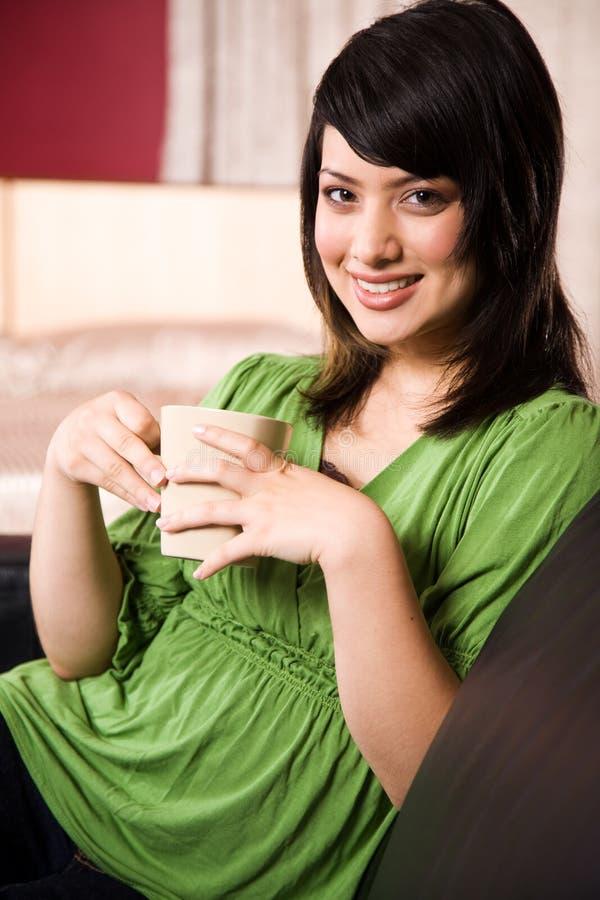 Asiatisches Mädchen mit Kaffee lizenzfreie stockfotos