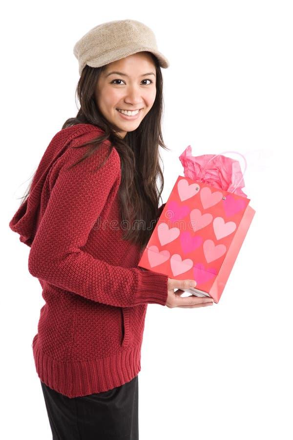 Asiatisches Mädchen mit Valentinsgrußgeschenk stockfoto