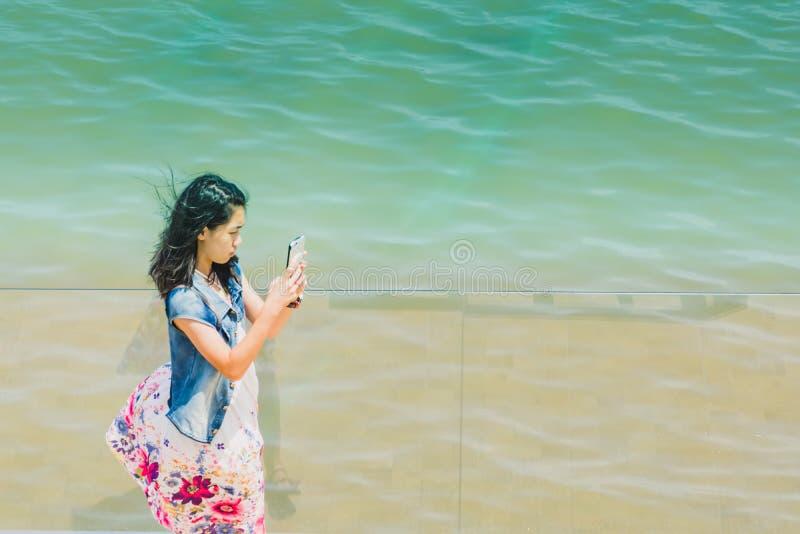 Asiatisches Mädchen selfie mit dem Meer lizenzfreie stockbilder