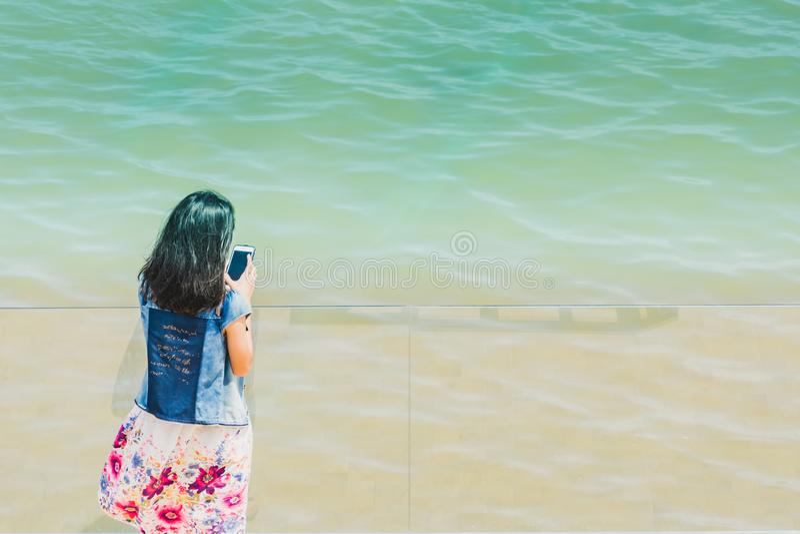 Asiatisches Mädchen selfie mit dem Meer stockfotos