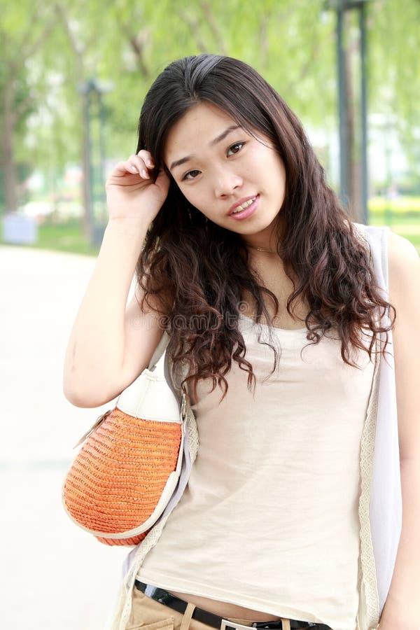 Asiatisches Mädchen am Sommer lizenzfreie stockfotografie