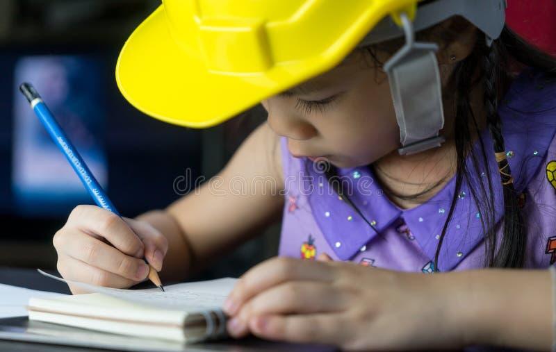 Asiatisches Mädchen studiert, um Ingenieurarchitekt zu werden lizenzfreies stockbild