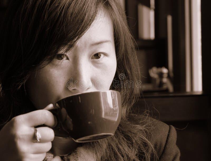 Asiatisches Mädchen-trinkender Kaffee stockfotos