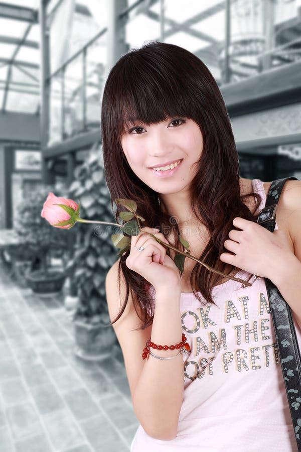 Asiatisches Mädchen und stieg lizenzfreie stockfotos