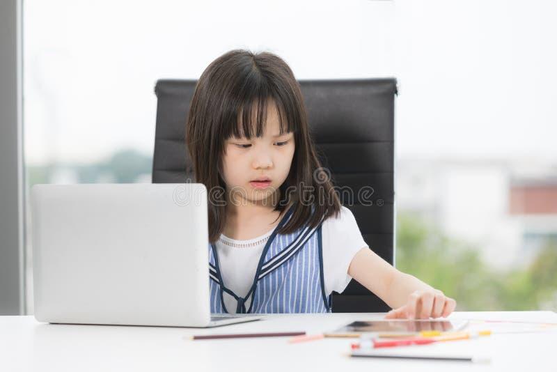 Asiatisches Mädchen zeichnet ernsthaft lizenzfreie stockfotos