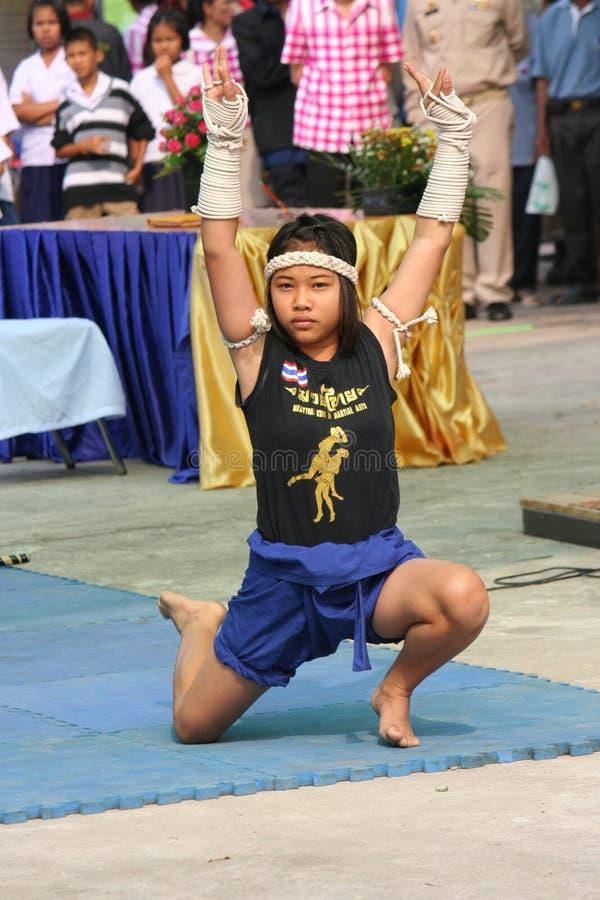 Asiatisches Mädchen zeigt den THAILÄNDISCHEN TANZ MUAY stockbild