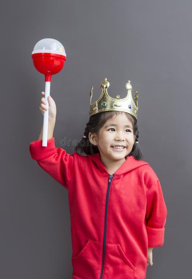 Asiatisches Mädchenkostüm mögen Königin mit Krone und Stab lizenzfreie stockbilder