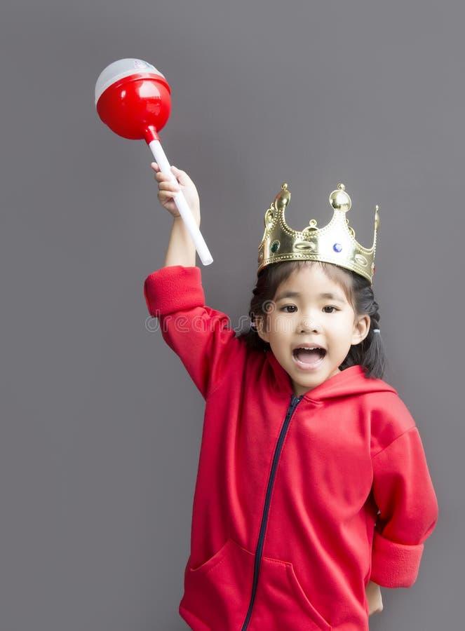 Asiatisches Mädchenkostüm mögen Königin mit Krone und Stab lizenzfreie stockfotografie