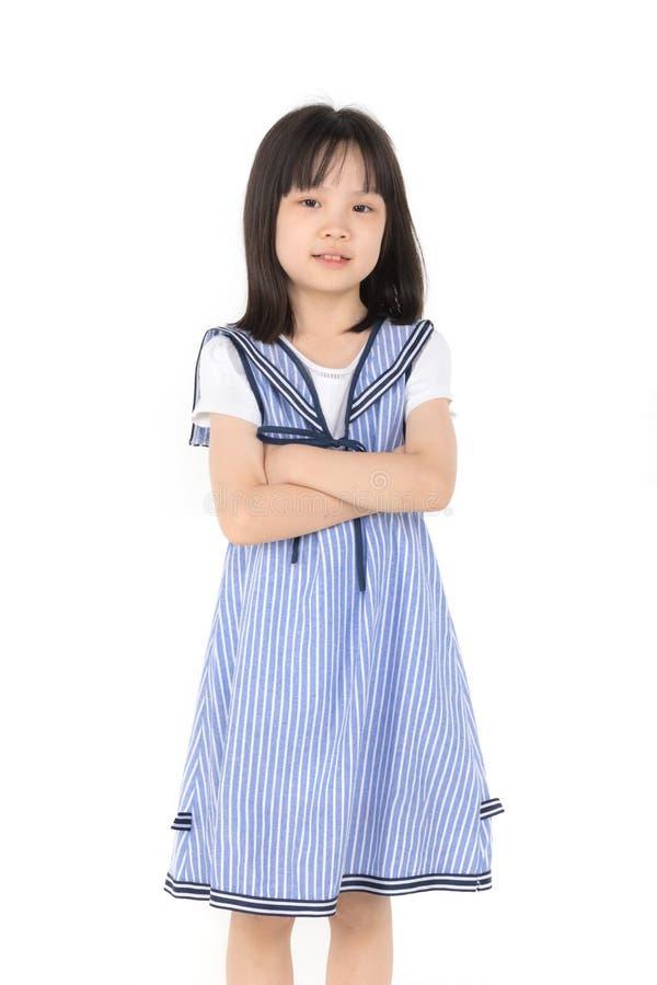 Asiatisches Mädchenlächeln zur Kamera auf weißem Hintergrund stockfotografie