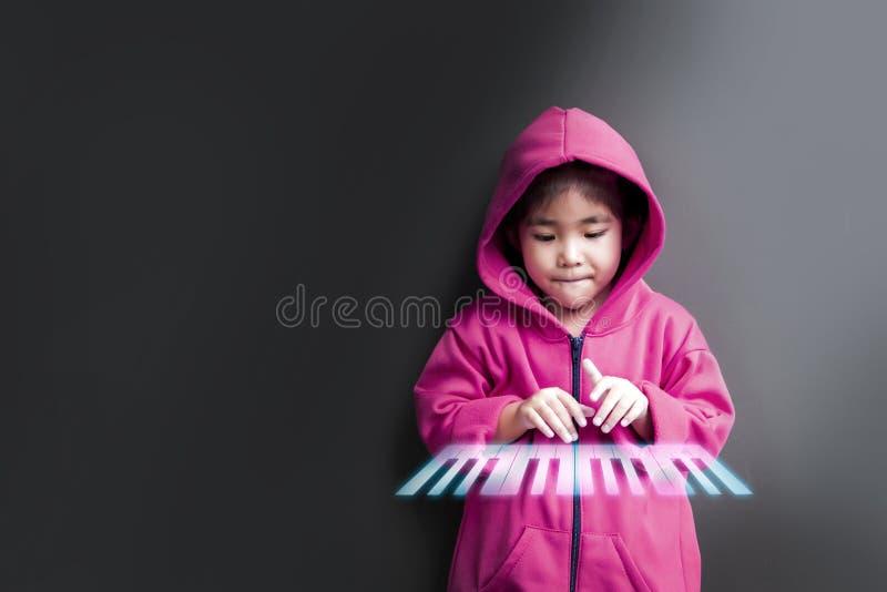 Asiatisches Mädchenpraxis-Spiellied stockbild