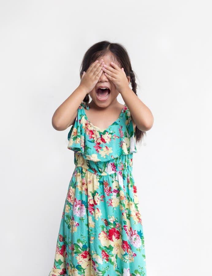 Asiatisches Mädchenspielverstecken und nahes Auge stockfoto