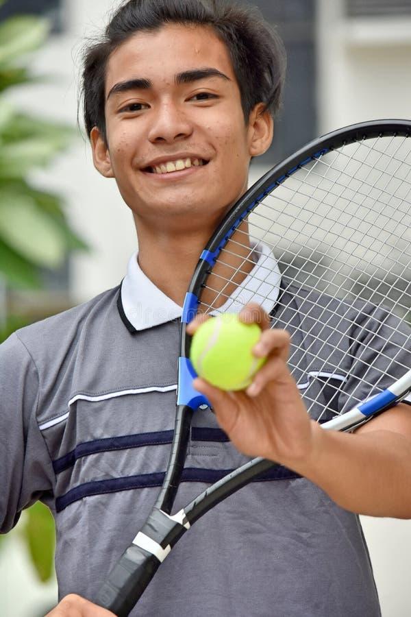 Asiatisches m?nnliches Tennis-Spieler-L?cheln lizenzfreie stockbilder