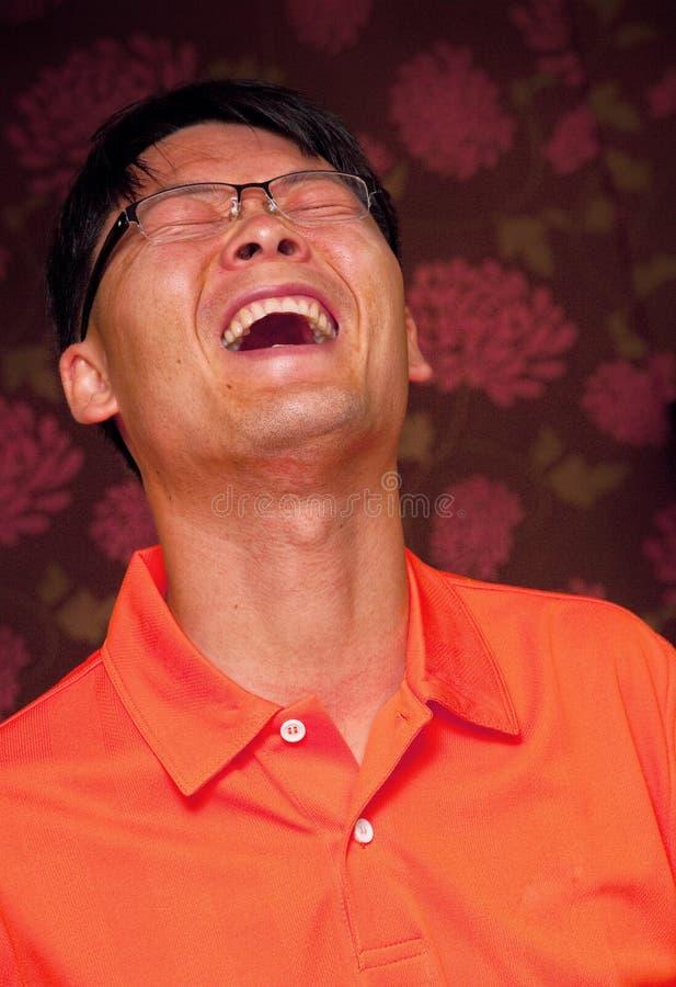 Asiatisches Mannlachen lizenzfreie stockfotografie