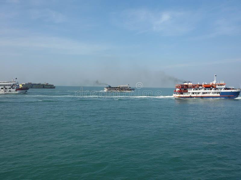 Asiatisches Meer u. Schiff stockfotos