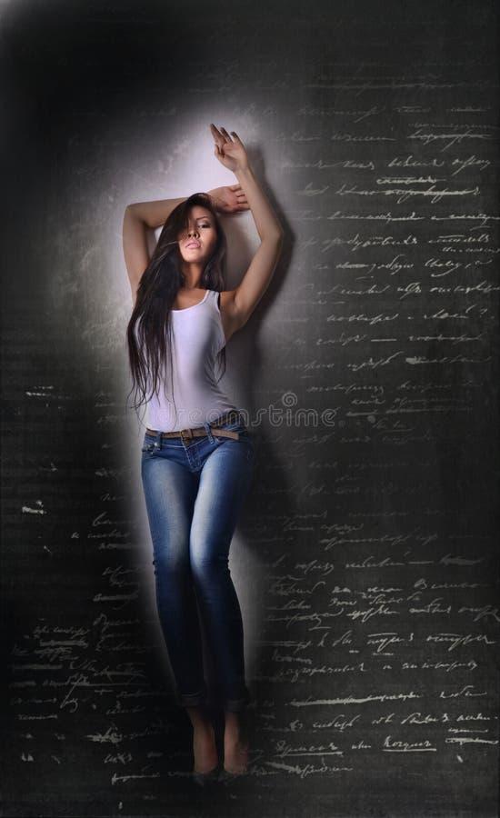 Asiatisches Modell im weißem T-Shirt und jeanse, langes Haar und Beine stockbild