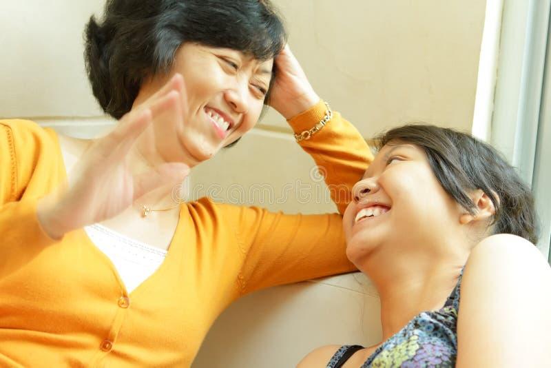 Asiatisches Mutterglückliche Unterhaltung mit jugendlich Tochter lizenzfreies stockfoto