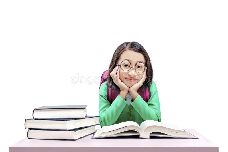 Asiatisches nettes Mädchen mit Gläsern und Rucksack mit Büchern auf dem Schreibtisch stockfotos