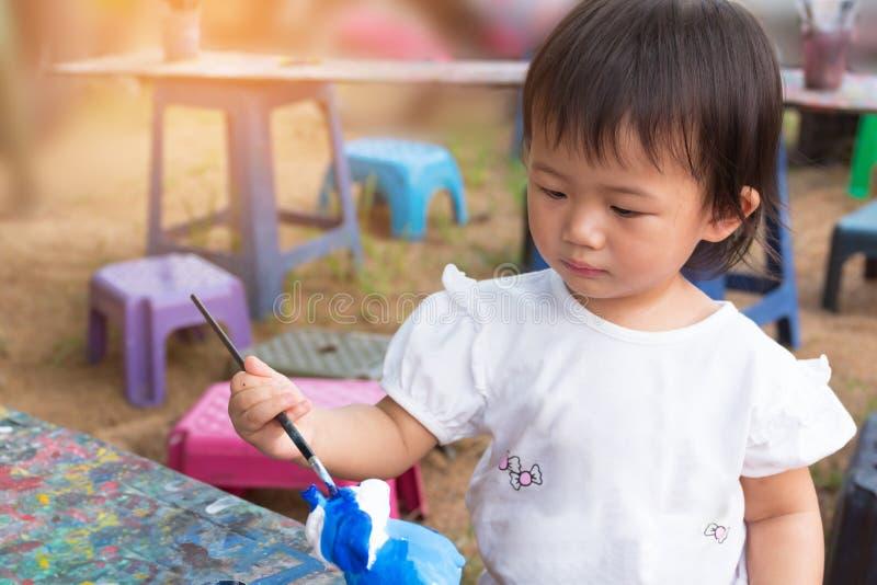 Asiatisches nettes Mädchenbaby malt bunt lizenzfreie stockfotos
