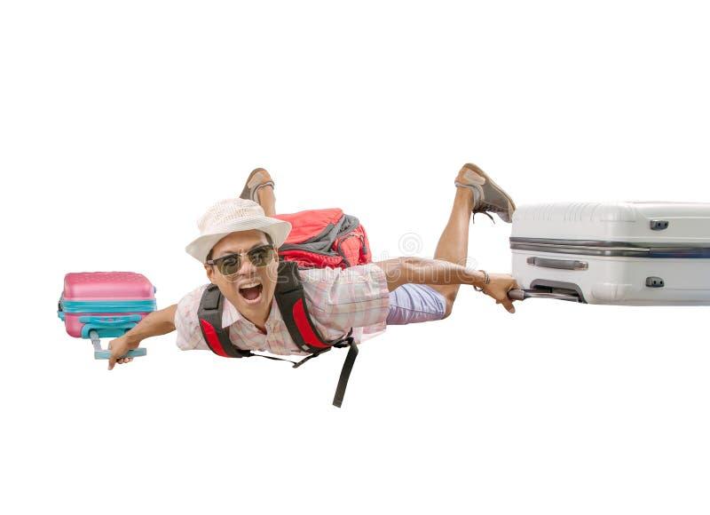 Asiatisches reisendes Mannfliegen mit dem verrückten Gesicht der Gepäcktasche lokalisiert lizenzfreies stockfoto