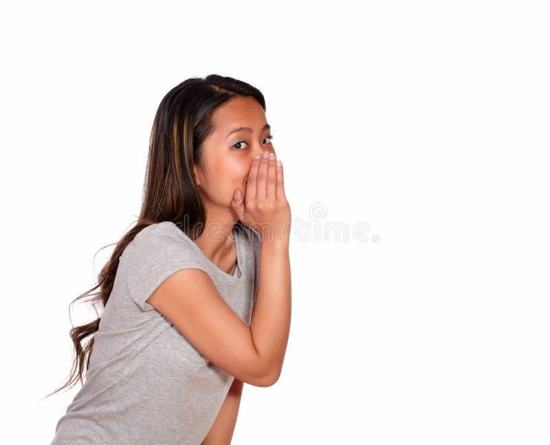 Asiatisches reizend Flüstern der jungen Frau ein Geheimnis stockfotos