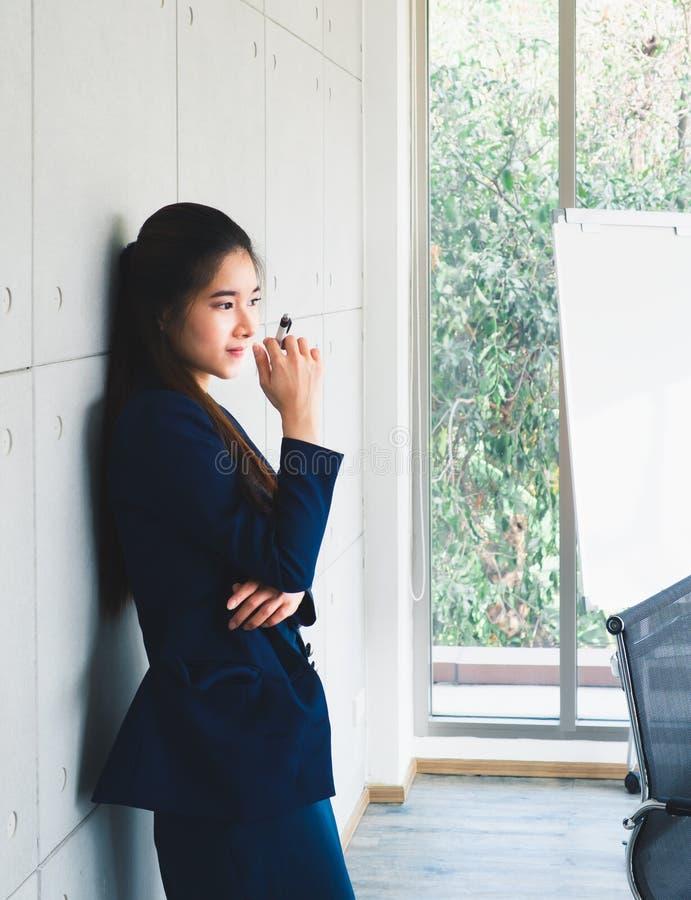 Asiatisches schönes denkendes Porträt der Geschäftsfrau lizenzfreies stockbild