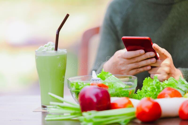 Asiatisches schönes junges Mädchen, das Salatgemüse isst lizenzfreie stockfotografie