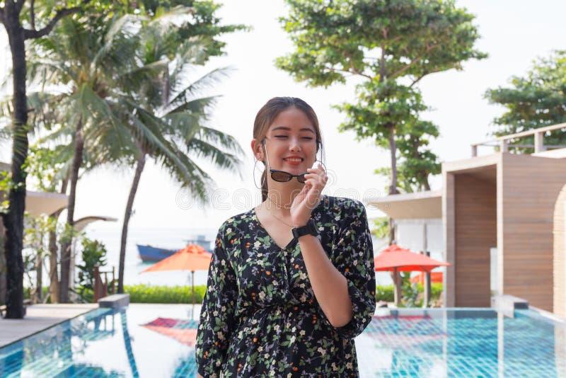 Asiatisches Schönheitslächeln und entspannt sich stockbilder