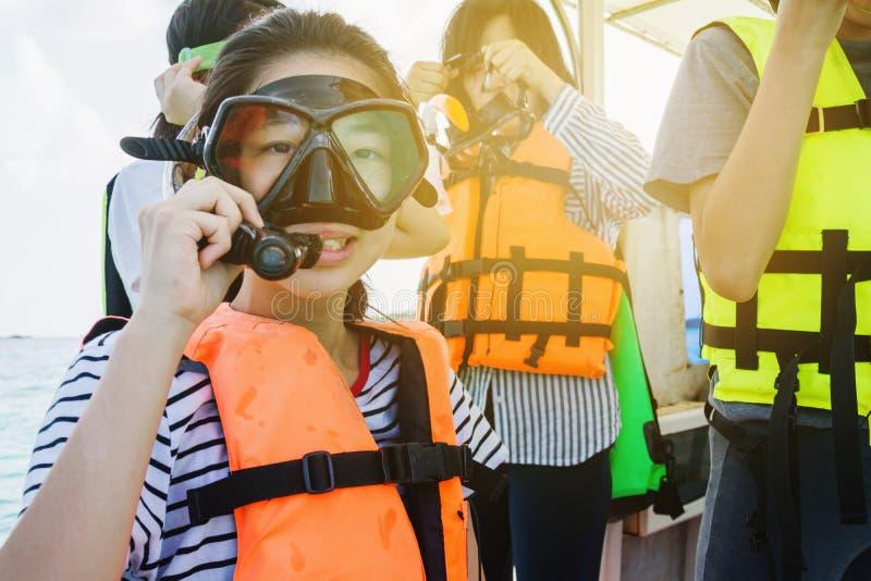 Asiatisches schnorchelndes Mädchen mit Maske auf Schnellboot, bereiten für das Schnorcheln vor stockfoto