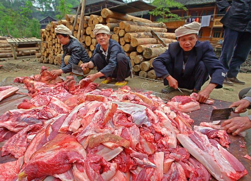 Asiatisches Schweinefleisch, chinesische schlachtende Karkassen in der Dorfstraße. lizenzfreie stockfotografie
