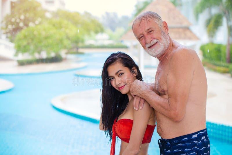 Asiatisches sexy Fraumädchen mit Ehemann des älteren Mannes stockfoto