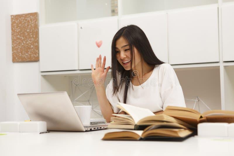 Asiatisches Studentenin verbindung stehen stockbild