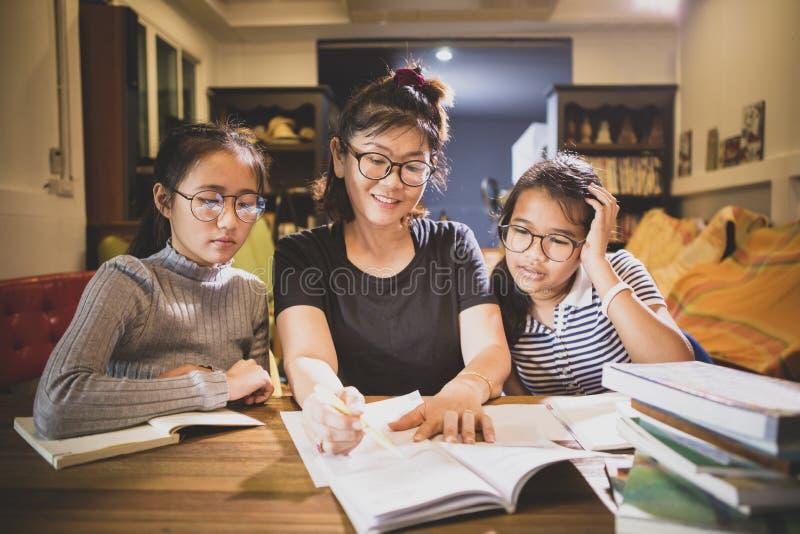 Asiatisches toothy lächelndes Gesicht des Jugendlichstudenten und -Lehrerin im modernen Klassenzimmer lizenzfreies stockfoto