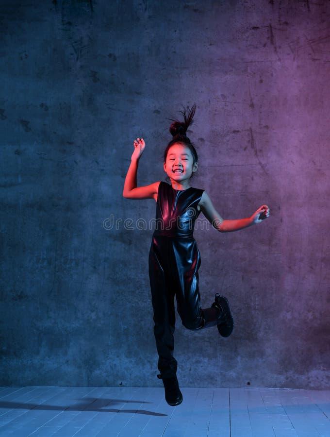 Asiatisches vorbildliches Mädchen der Haute Couture in den bunten hellen UV-BLAUen und purpurroten bunten Neonlichtern bilden Spr lizenzfreies stockbild
