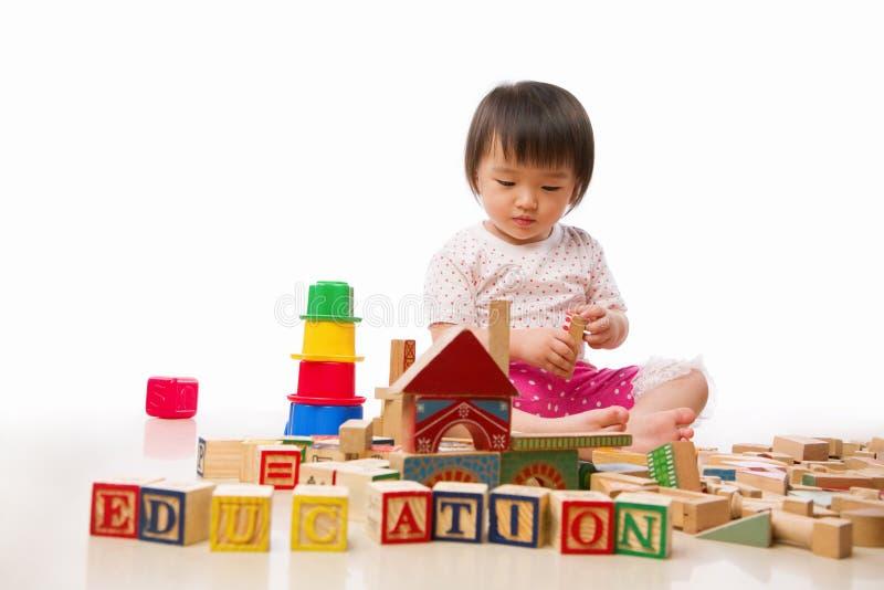 Asiatisches weibliches Kleinkindspielen stockfoto